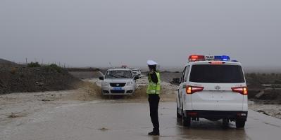 战洪水保畅通 阿图什交警在路上